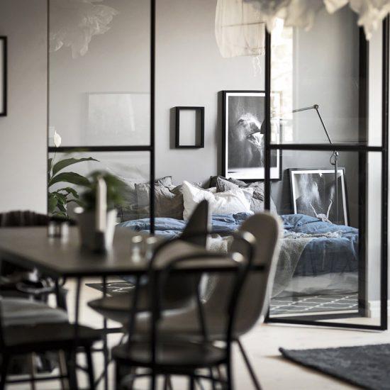 Glasvägg med dörr